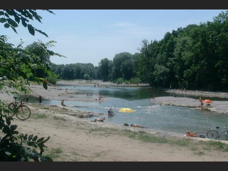 Rives de l'Isar aménagées pour la baignade à Munich, en Allemagne