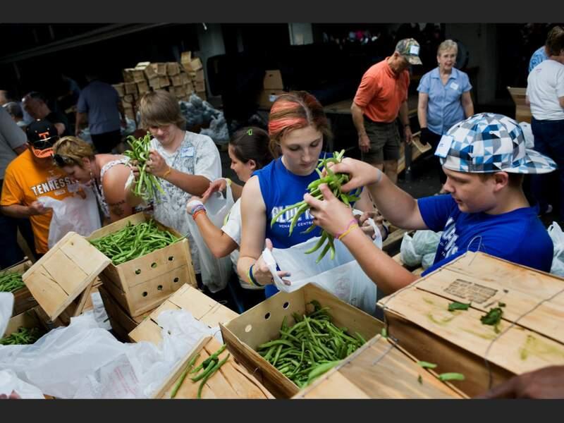 A Dyersburg, Tennessee, des volontaires préparent les colis alimentaires qui seront distribués aux familles pauvres du comté (Etats-Unis).