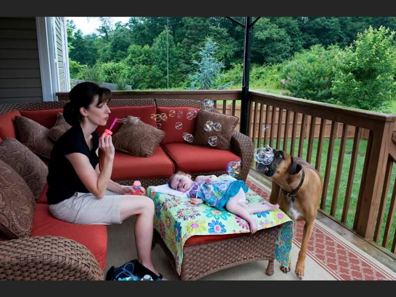 Jaime et sa fille Nora, 2 ans, atteinte d'une maladie incurable, dans leur maison de Knoxville, dans le Tennessee (Etats-Unis).