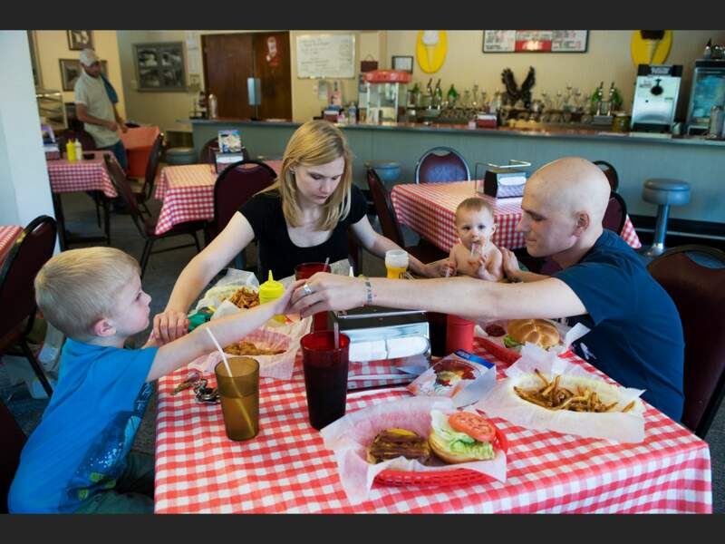 La famille Rickett récite les grâces avant le déjeuner du dimanche, à Nashville (Tennessee, Etats-Unis).