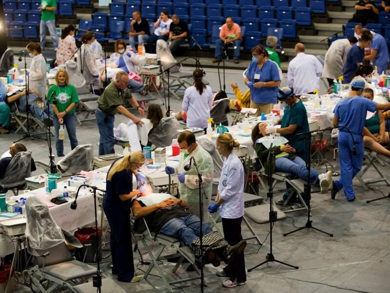 Le gymnase de l'université de Lincoln, à Harrogate (Tennessee), transformé en clinique pour un week-end (Etats-Unis).