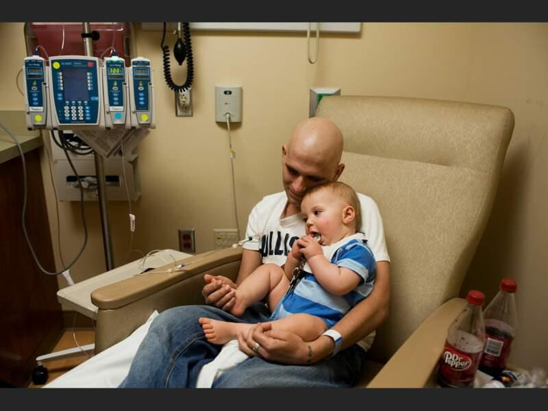 Moment de tendresse pour Mattew, qui souffre d'un cancer, et son fils cadet Isaiah, 11 mois, à l'hôpital Vanderbilt de Nashville (Tennessee, Etats-Unis).