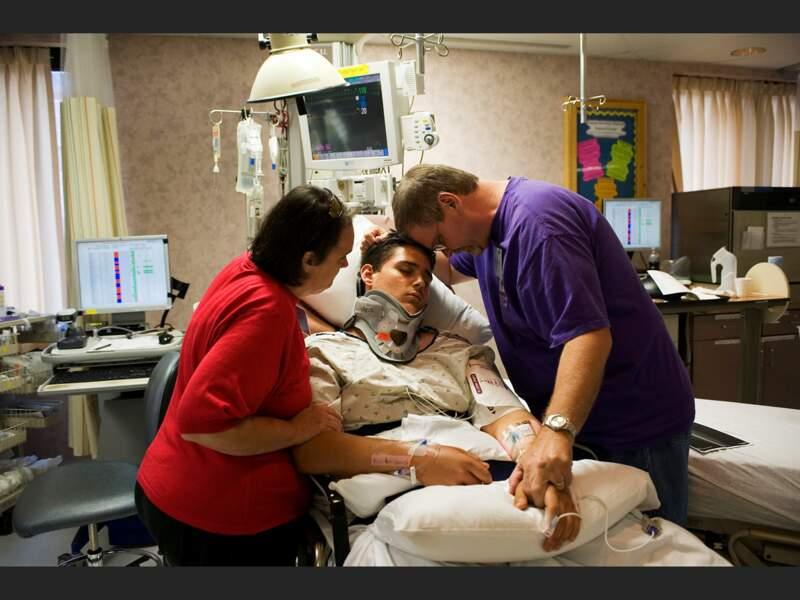 Jacob, entouré de ses parents, dans l'unité de soins intensifs du centre hospitalier Vanderbilt, à Nashville, Tennessee (Etats-Unis).