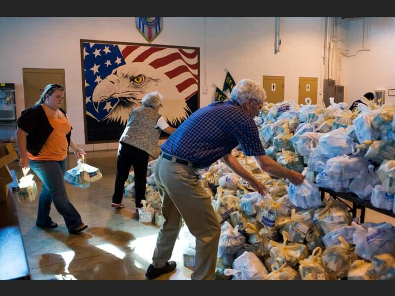 Distribution gratuite de nourriture pour les familles nécessiteuses du comté, à Dyersburg, Tennessee (Etats-Unis).