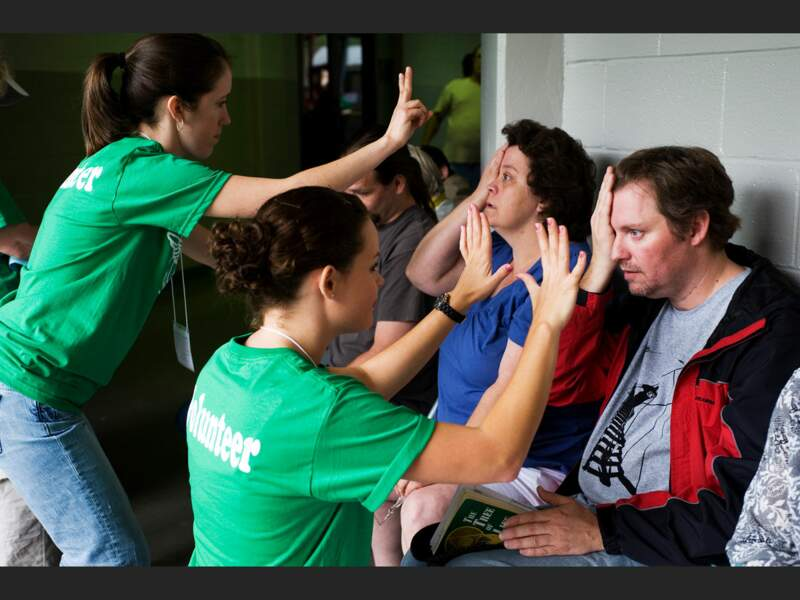 Des volontaires font passer des tests aux patients pour les orienter vers les différents services médicaux présents (Harrogate, Tennessee, Etats-Unis).