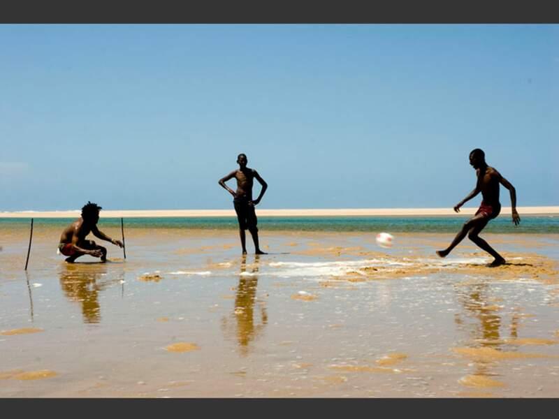 Près du Mozambique, la fièvre du ballon rond s'est emparée des pêcheurs thongas