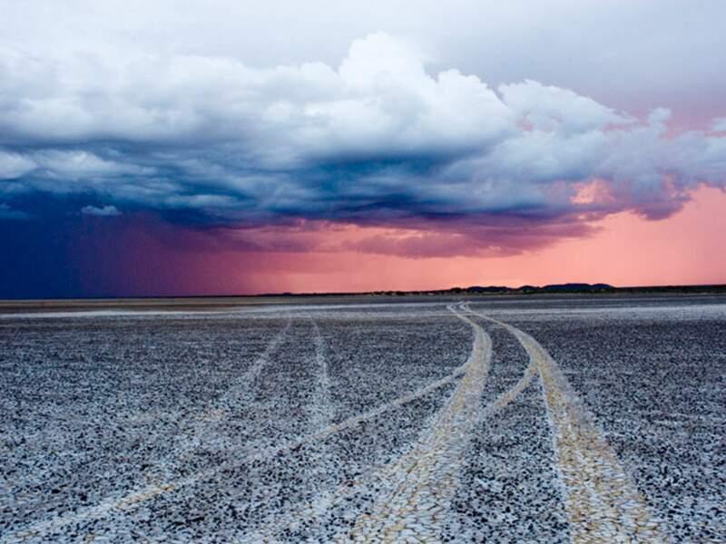 Le désert garde les traces du passage de véhicules