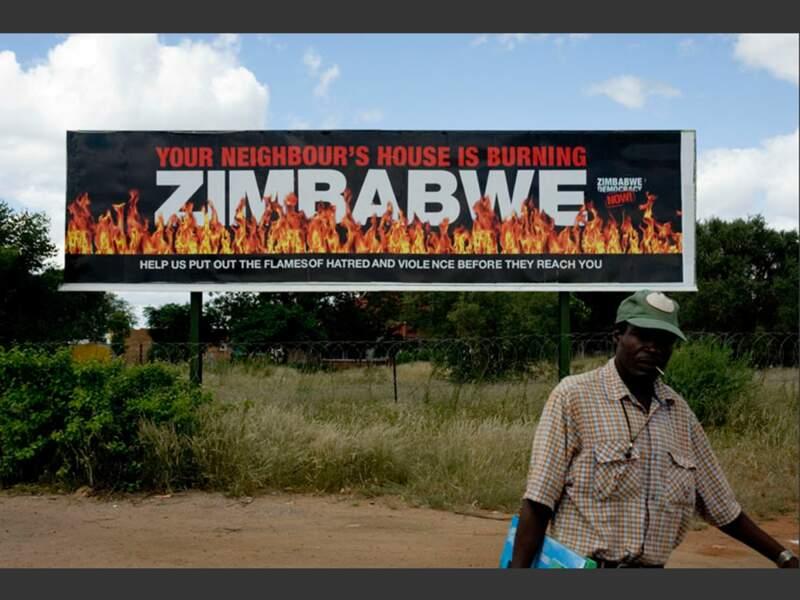 A la frontière entre l'Afrique du Sud et le Zimbabwe, un message brûlant s'affiche au-dessus des barbelés