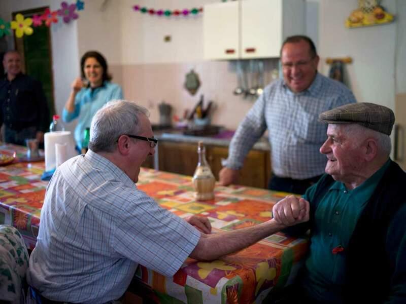 Gianni Pes pratique des tests sur les habitants de Sardaigne pour comprendre leur longévité