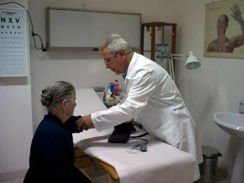Serafino Monni, médecin à Villagrande, constate que les femmes rencontrent plus de difficultés à supporter le grand âge