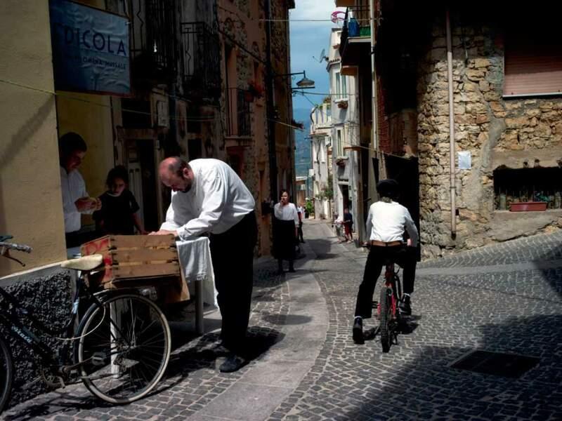 Dans les rues de Baunei, les anciens doivent affronter le relief. Un bienfait, si l'on croit les statistiques