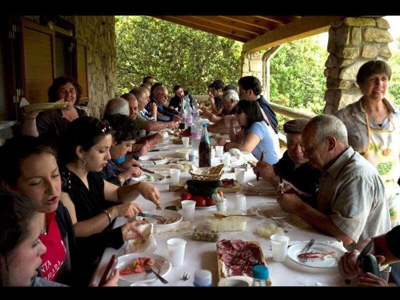 La famille Canas partage un repas sarde, l'un des secrets de la longévité des habitants de la région