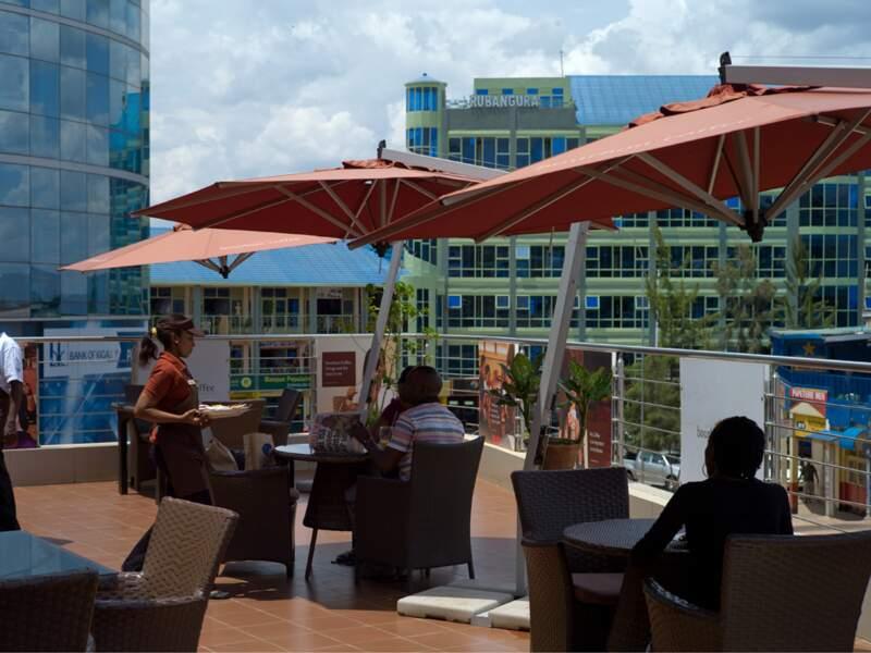Les cafés branchés comme le Bourbon Coffee se sont implantés à Kigali