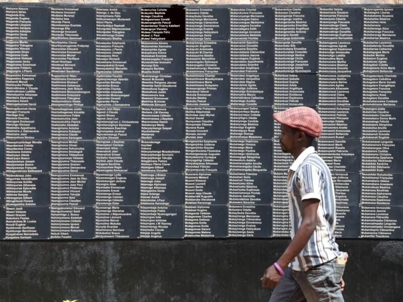 Les noms de victimes du génocide inscrits sur le mur du mémorial de Gisozi, à Kigali