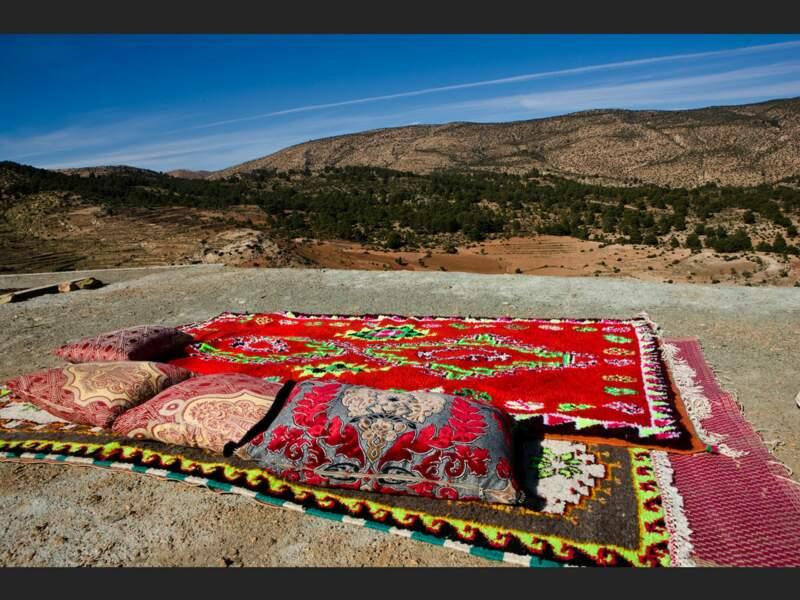 Des tapis et des coussins, pour admirer le paysage, à Tilfitine, dans le Haut-Atlas, au Maroc.