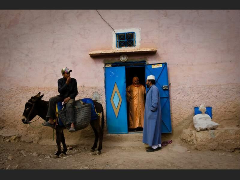 Youssef et ses parents font leurs courses à Adouz, dans le Haut-Atlas, au Maroc.