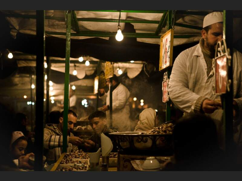 Vendeur de marrons grillés sur la place Djemáa el-Fna de Marrakech, au Maroc.