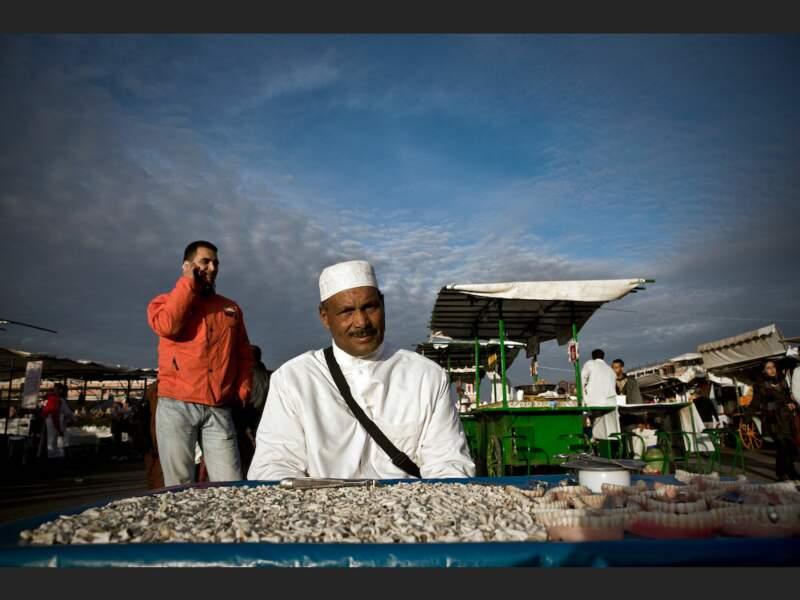 Arracheur de dents sur la place Djemáa el-Fna de Marrakech, au Maroc