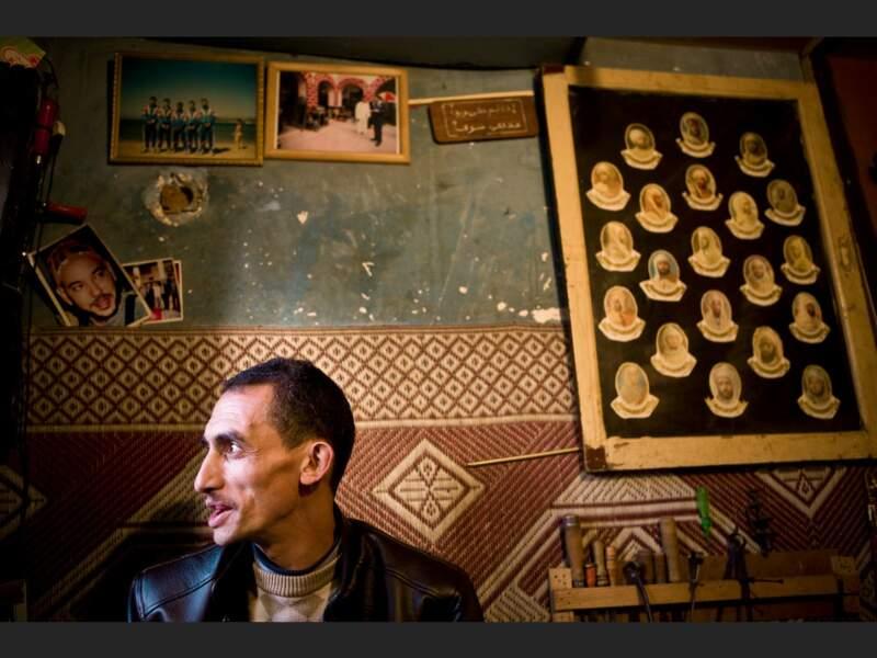 Ahmed, l'un des derniers conteurs de la place Djemáa el-Fna de Marrakech, au Maroc.