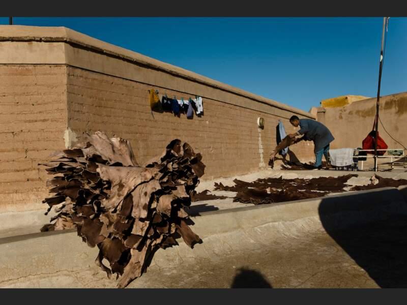 Des cuirs qui sèchent dans un fondouk  de la médina, près de la place Djemáa el-Fna de Marrakech, au Maroc.