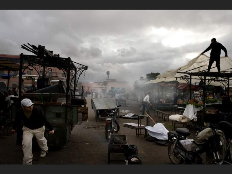 A partir de seize heures, les gargotiers préparent leurs stands sur la place Djemáa el-Fna de Marrakech, au Maroc.