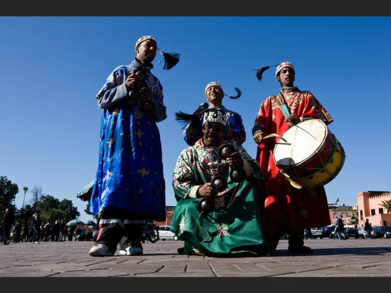 Musiciens gnaouas, descendants d'esclaves d'Afrique Noire, sur la place Djemáa el-Fna de Marrakech, au Maroc.