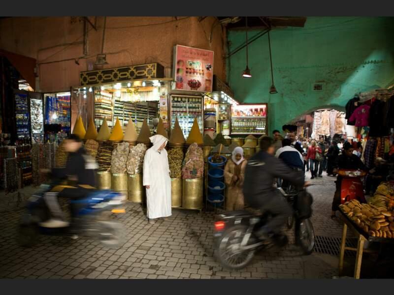 Le souk de la médina, situé à deux pas de la place Djemáa el-Fna de Marrakech, au Maroc.