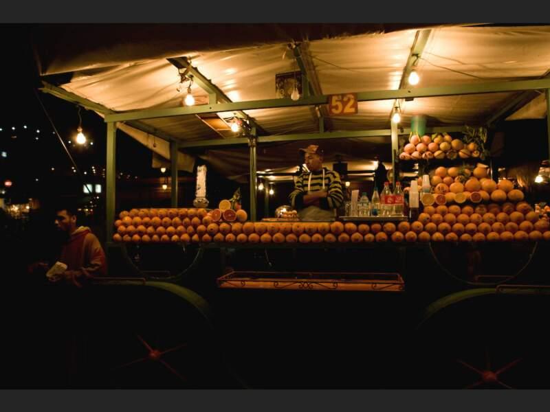 Roulotte d'un vendeur de jus d'orange sur la place Djemáa el-Fna de Marrakech, au Maroc.