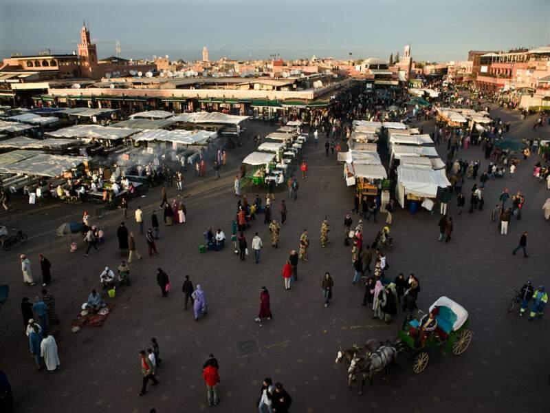 Place Djemáa el-Fna, centre névralgique de Marrakech, au Maroc.