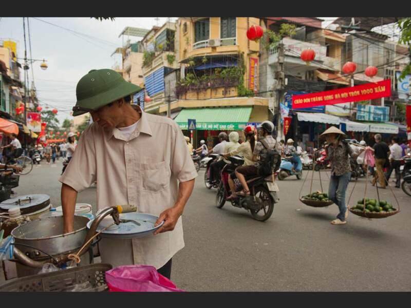 Un marchand de tofu, dans le quartier des Trente-Six-Rues, à Hanoi, au Vietnam.
