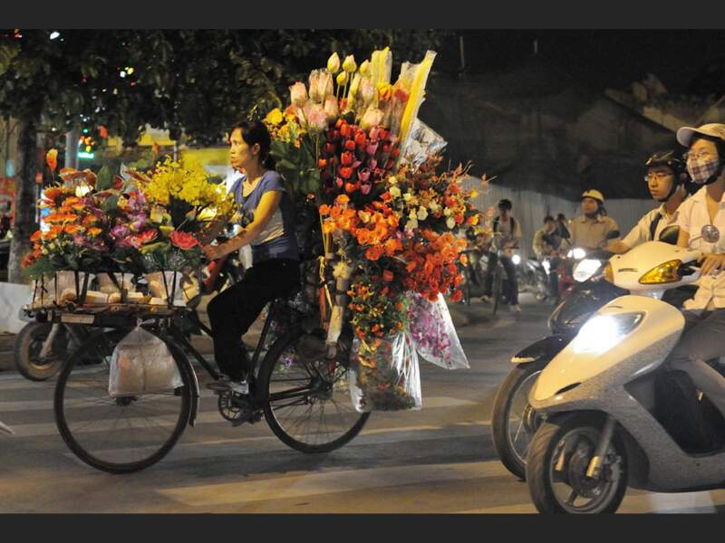 Une marchande de fleurs, à Hanoi, au Vietnam.