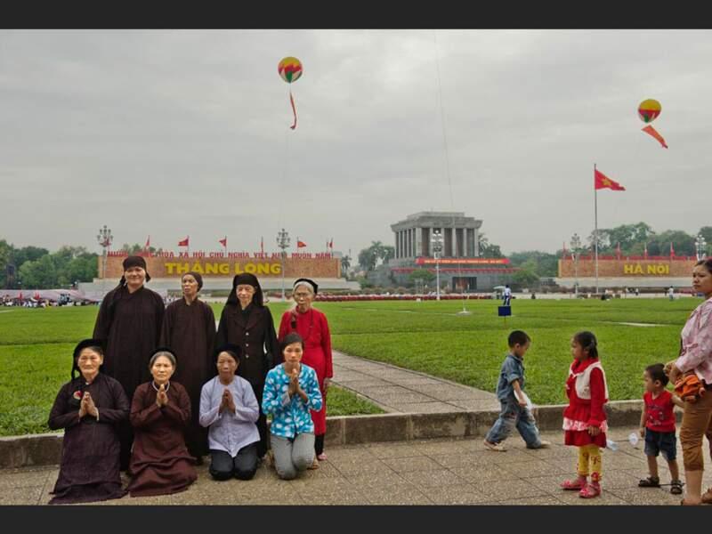 Des provinciaux en pèlerinage au mausolée de Hô Chi Minh, à Hanoi, au Vietnam.