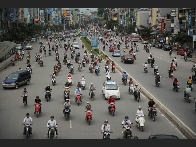 A 7 h du matin, le trafic est dense sur l'avenue Tru'ò'ng Chingh, à Hanoi, au Vietnam.