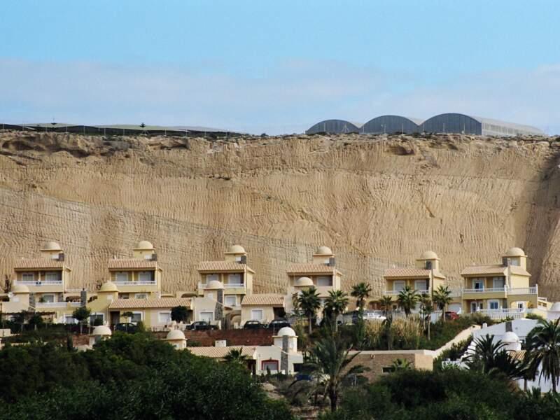 Almerimar se trouve au pied des falaises au sommet desquelles on peut voir les serres du Poniente.