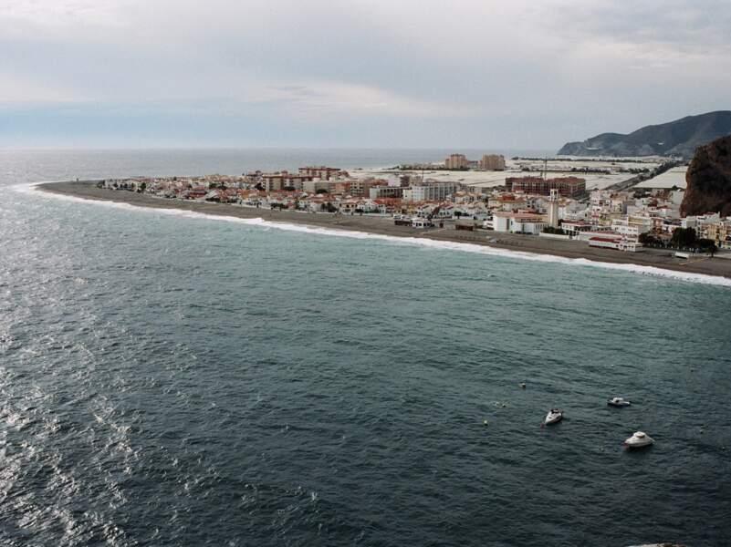 À leur arrivée, les immigrés rejoignent les villes du littoral où l'agriculture sous serres est le premier secteur d'embauche.