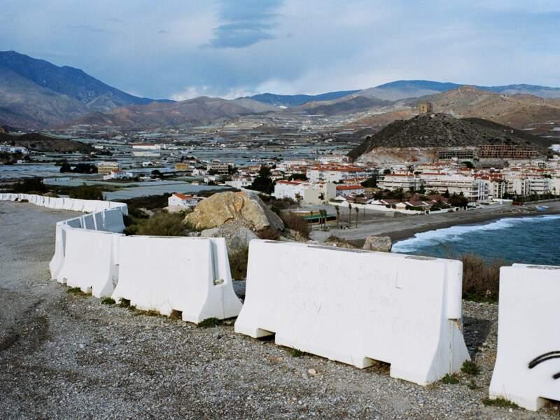 Sur la côte entre Almeria et Malaga, l'agriculture sous serres se développe et les terrassements ont redessiné le paysage.