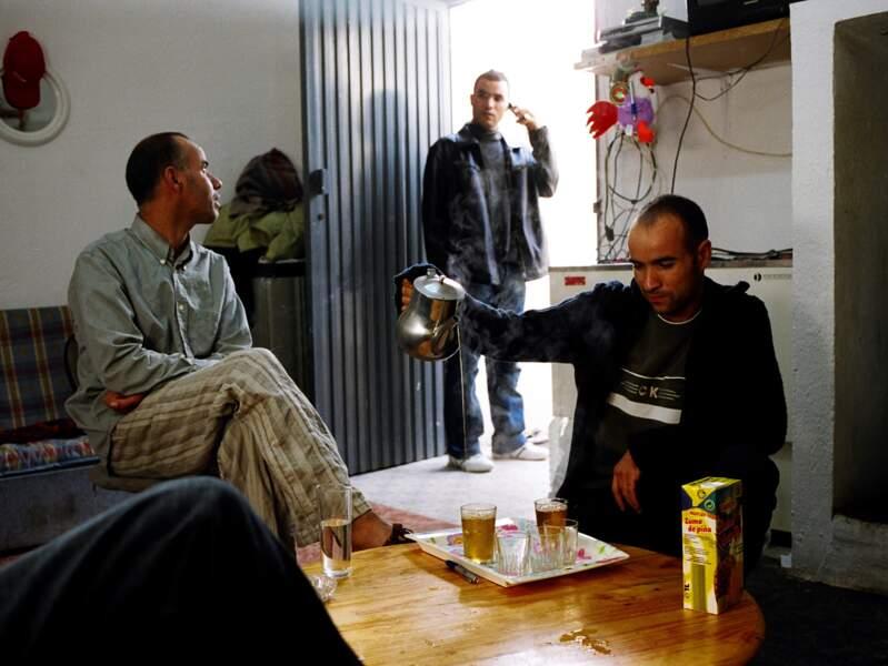 Trois marocains cohabitent dans une maison de 40 m2.
