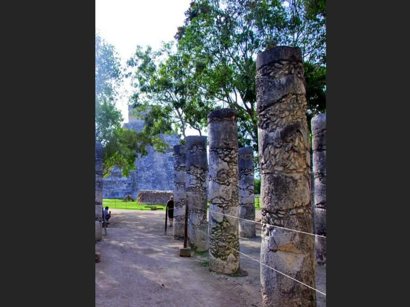 Vue d'El Castillo depuis le temple des mille colonnes, sur le site de Chichén Itzá dans le Yucatán, au Mexique