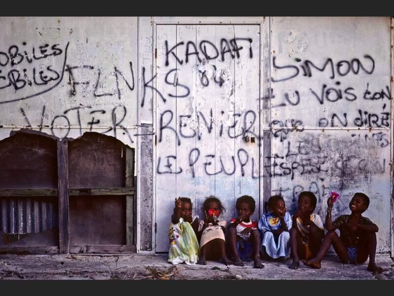 Enfants et graffitis à Ouvéa, en Nouvelle-Calédonie.