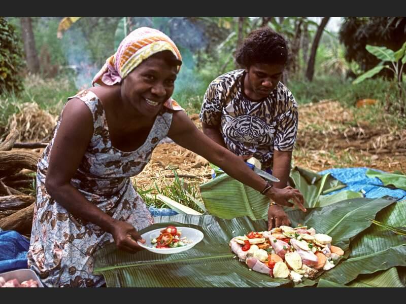 Préparation du bougna, un plat traditionnel kanak, en Nouvelle-Calédonie.