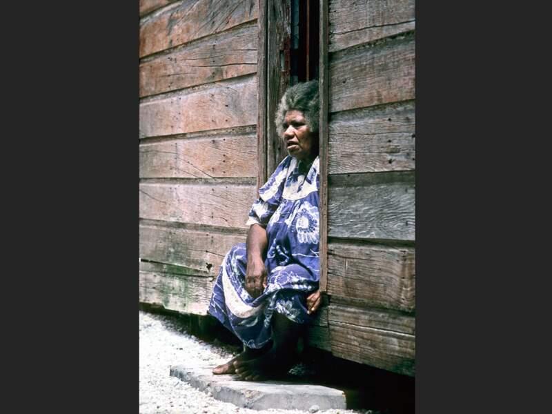 Vieille dame kanak à Ouvéa, en Nouvelle-Calédonie.