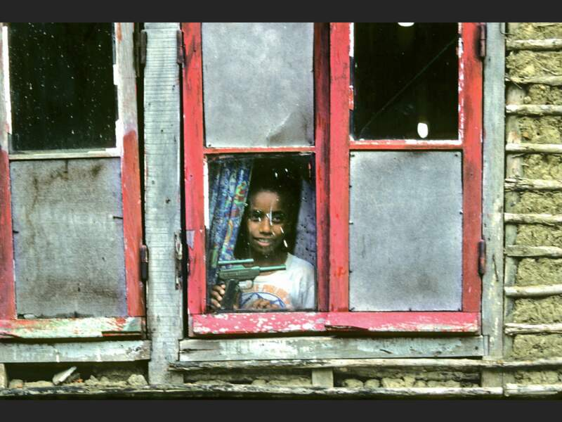 Un enfant kanak dans sa maison, près de Nouméa, en Nouvelle-Calédonie.