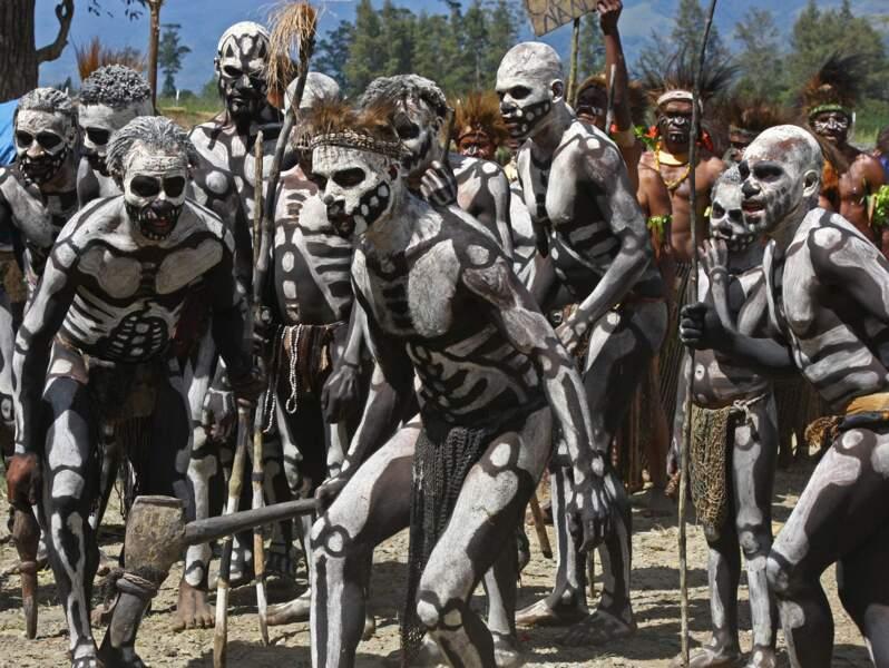 Danse des squelettes chez les Papous, à Mount Hagen, Papouasie-Nouvelle-Guinée