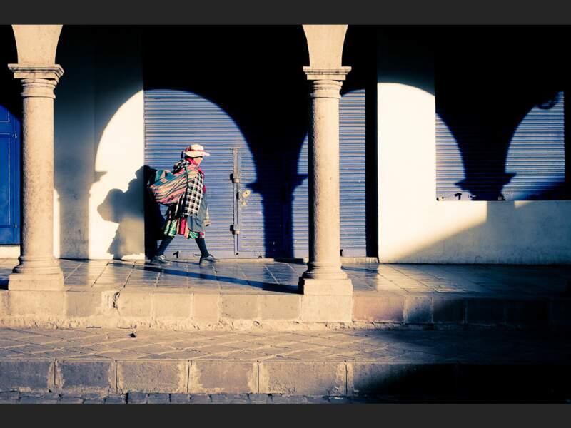 Une femme part travailler au petit matin à Cuzco (Pérou).