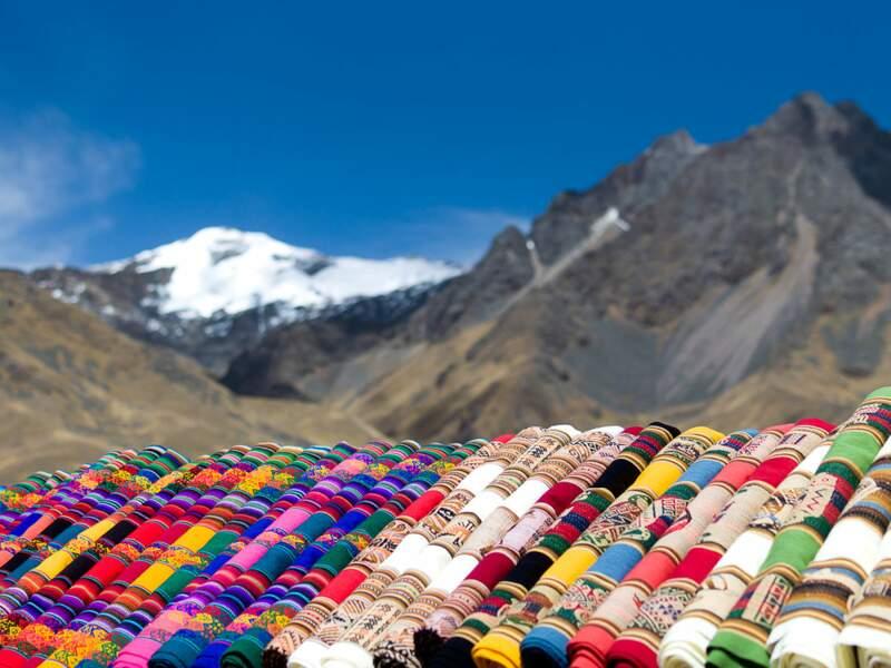 Le soleil et l'altitude ne découragent pas les vendeuses d'artisanat, sur la route du lac Titicaca (Pérou).