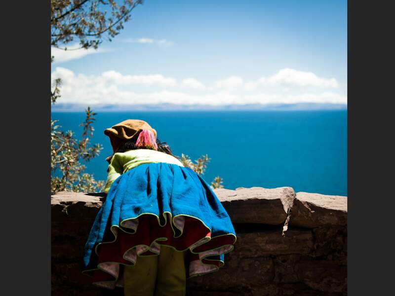 La tenue de cette petite fille est assortie au bleu du lac Titicaca, sur l'île de Taquile (Pérou).