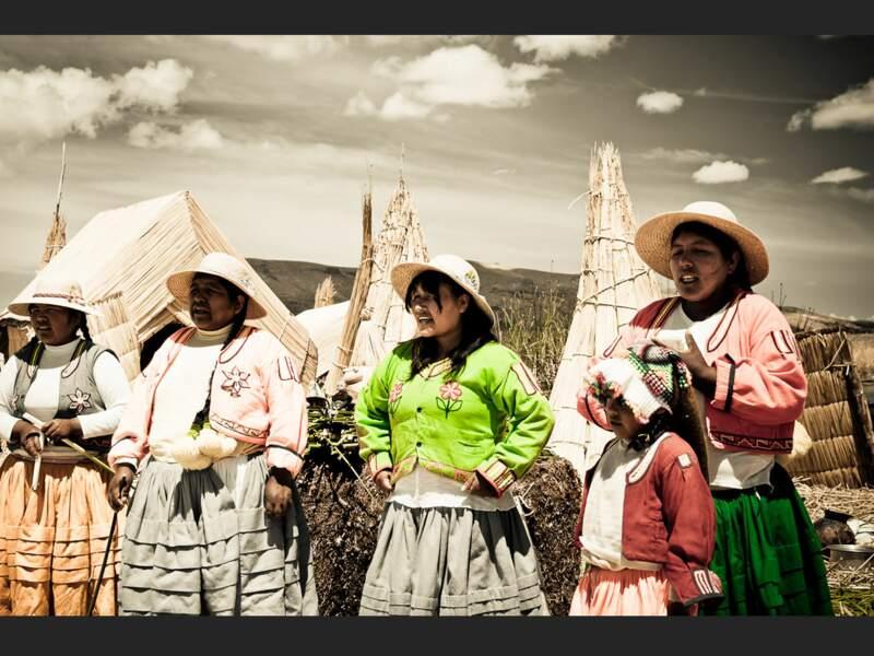 Des femmes interprètent une chanson traditionnelle en quechua sur l'une des îles de Los Uros, sur le lac Titicaca (Pérou).