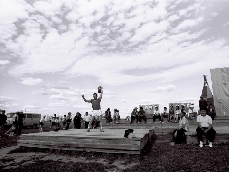 Les hommes montrent leur force en soulevant un poids (République de Sakha, Sibérie, Russie).