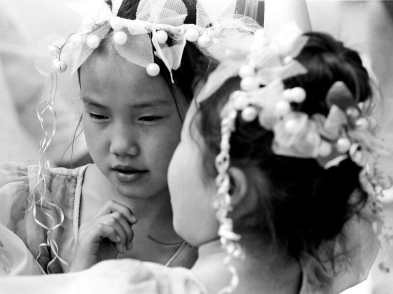 Des jeunes filles agitent des clochettes, symboles d'esprits bienfaisants (République de Sakha, Sibérie, Russie).