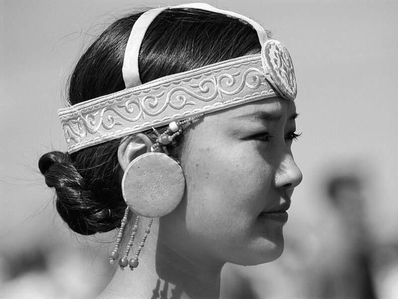 Les Iakoutes revêtent leurs costumes traditionnels pour l'Yssyakh (Sibérie, Russie).
